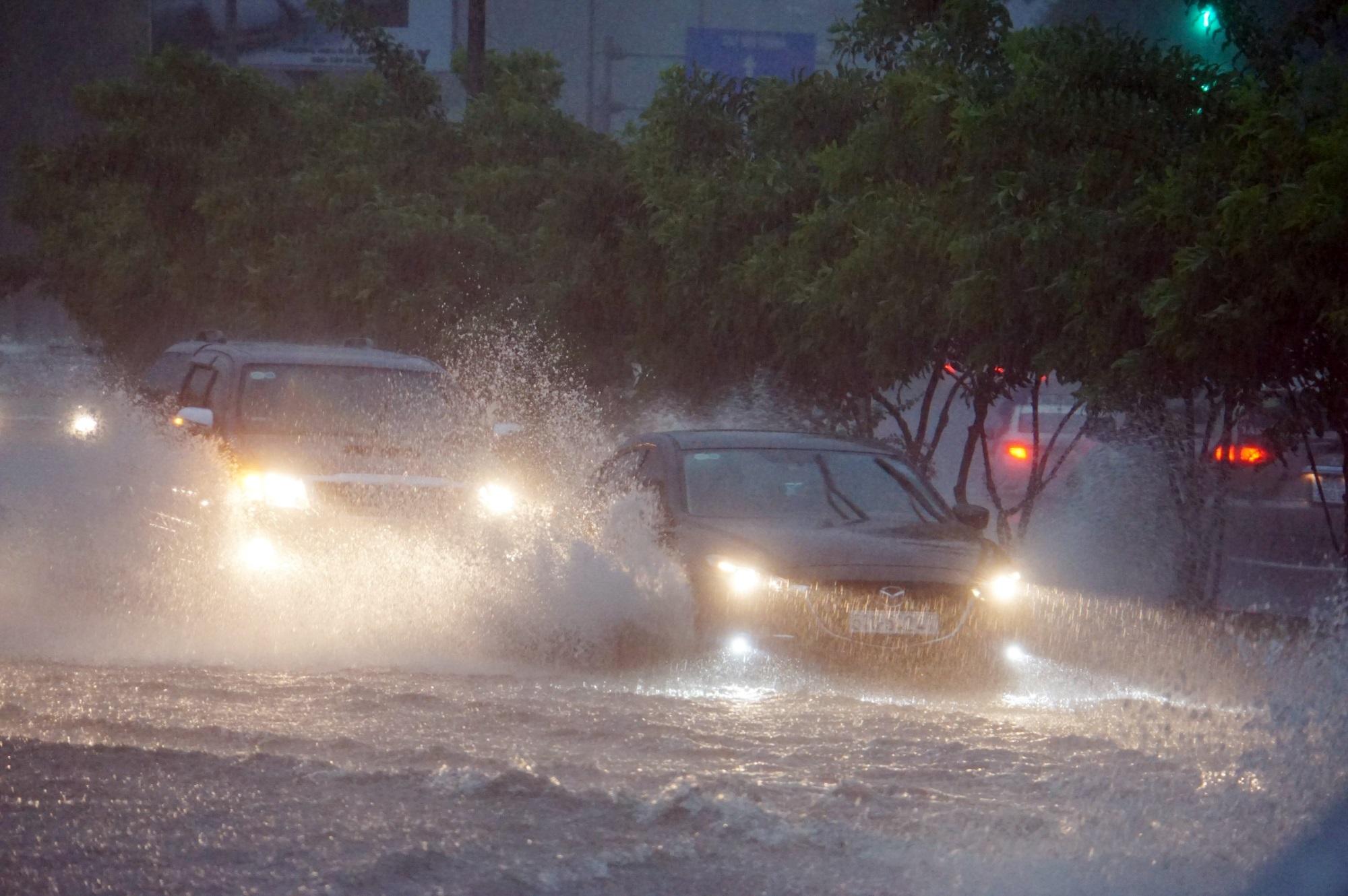 Sài Gòn ngập kinh hoàng, cây ngã đè người đi xe máy tử vong trong tâm bão - Ảnh 6