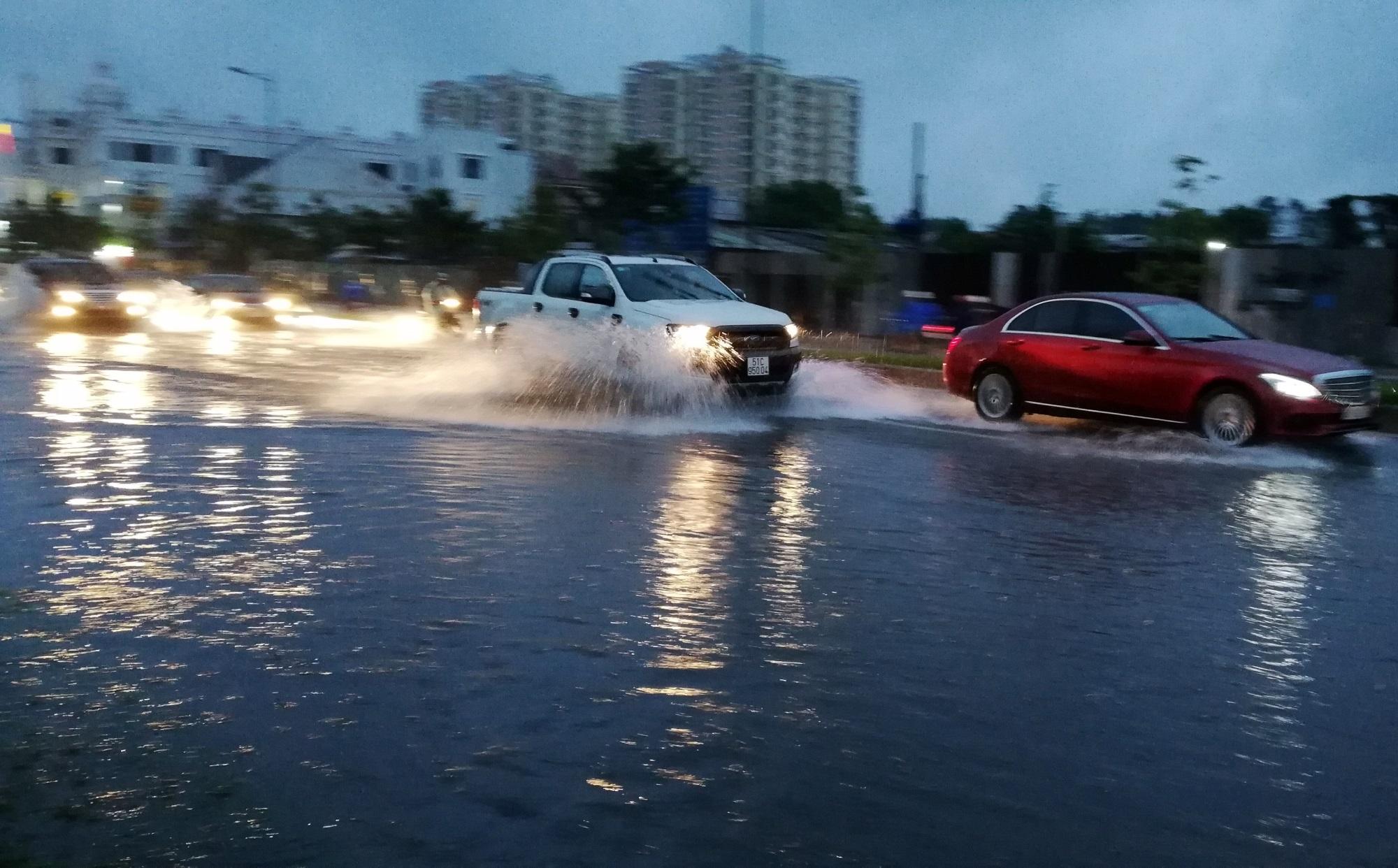 Sài Gòn ngập kinh hoàng, cây ngã đè người đi xe máy tử vong trong tâm bão - Ảnh 3