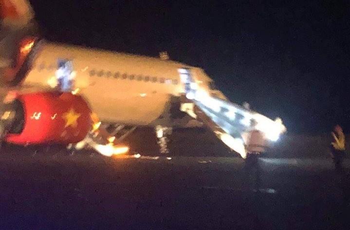 Máy bay VietJet mất bánh lúc hạ cánh, hành khách được lệnh bỏ lại hành lý tháo chạy thoát thân  - Ảnh 6