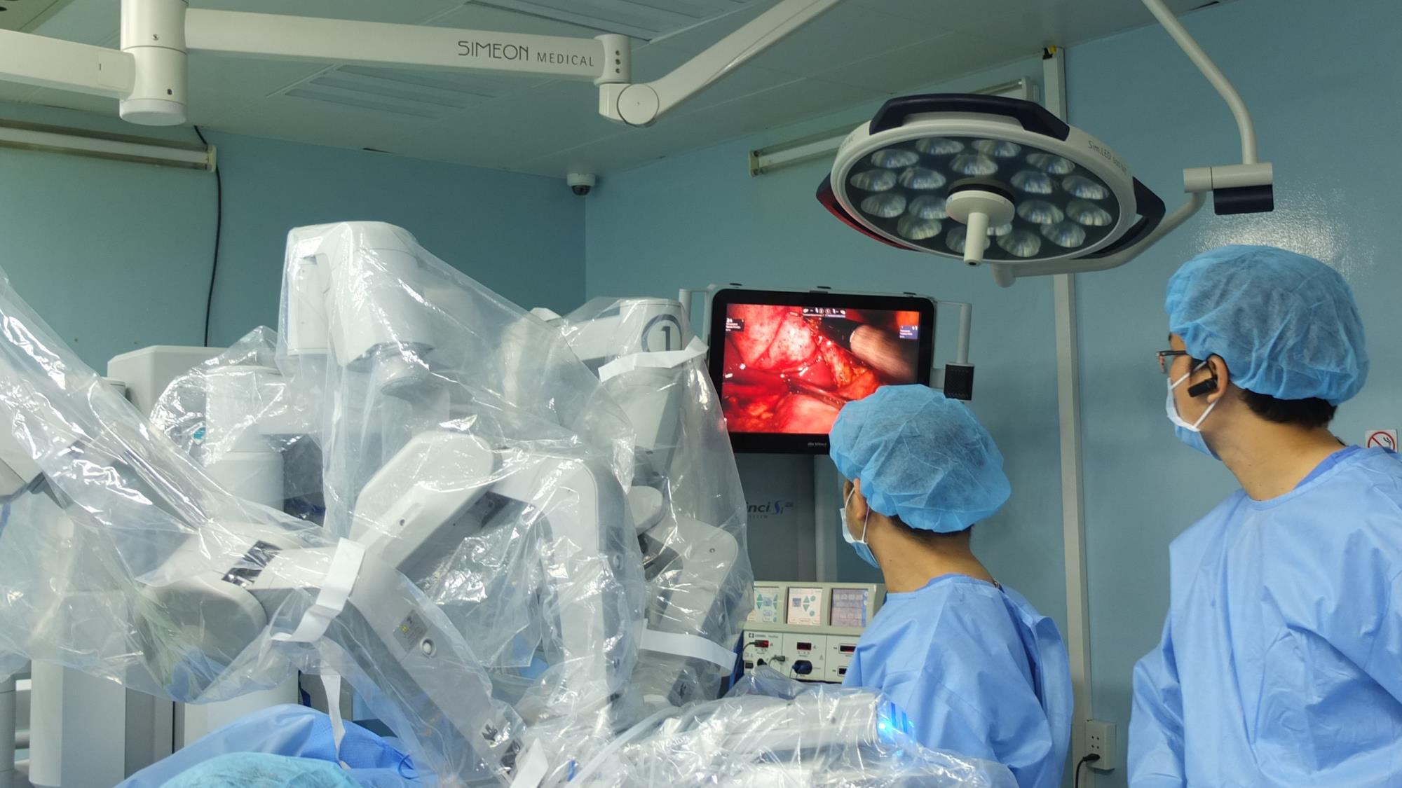 Phẫu thuật bằng robot cấp cứu thành công bệnh nhân mang song thai - Ảnh 1