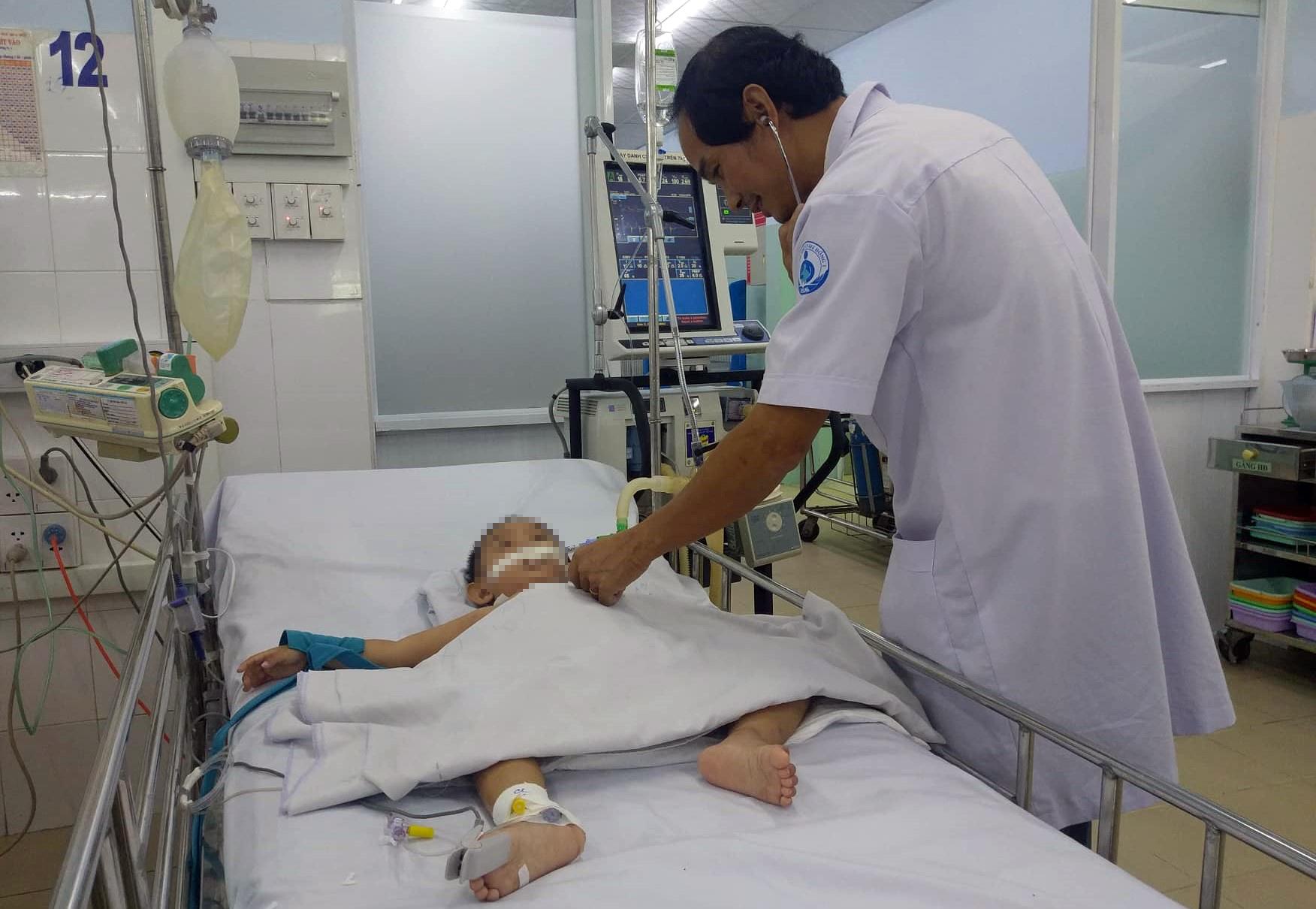 Bác sĩ Sài Gòn hội chẩn qua smartphone, cứu hai bé trai nguy kịch vì biến chứng bệnh tay chân miệng - Ảnh 1