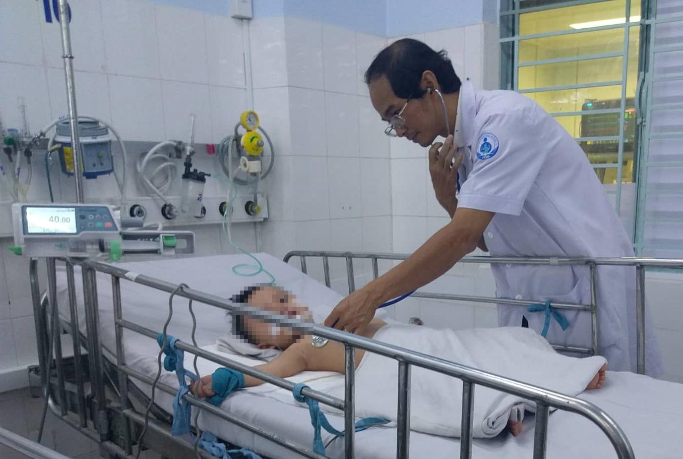 Bác sĩ Sài Gòn hội chẩn qua smartphone, cứu hai bé trai nguy kịch vì biến chứng bệnh tay chân miệng - Ảnh 2
