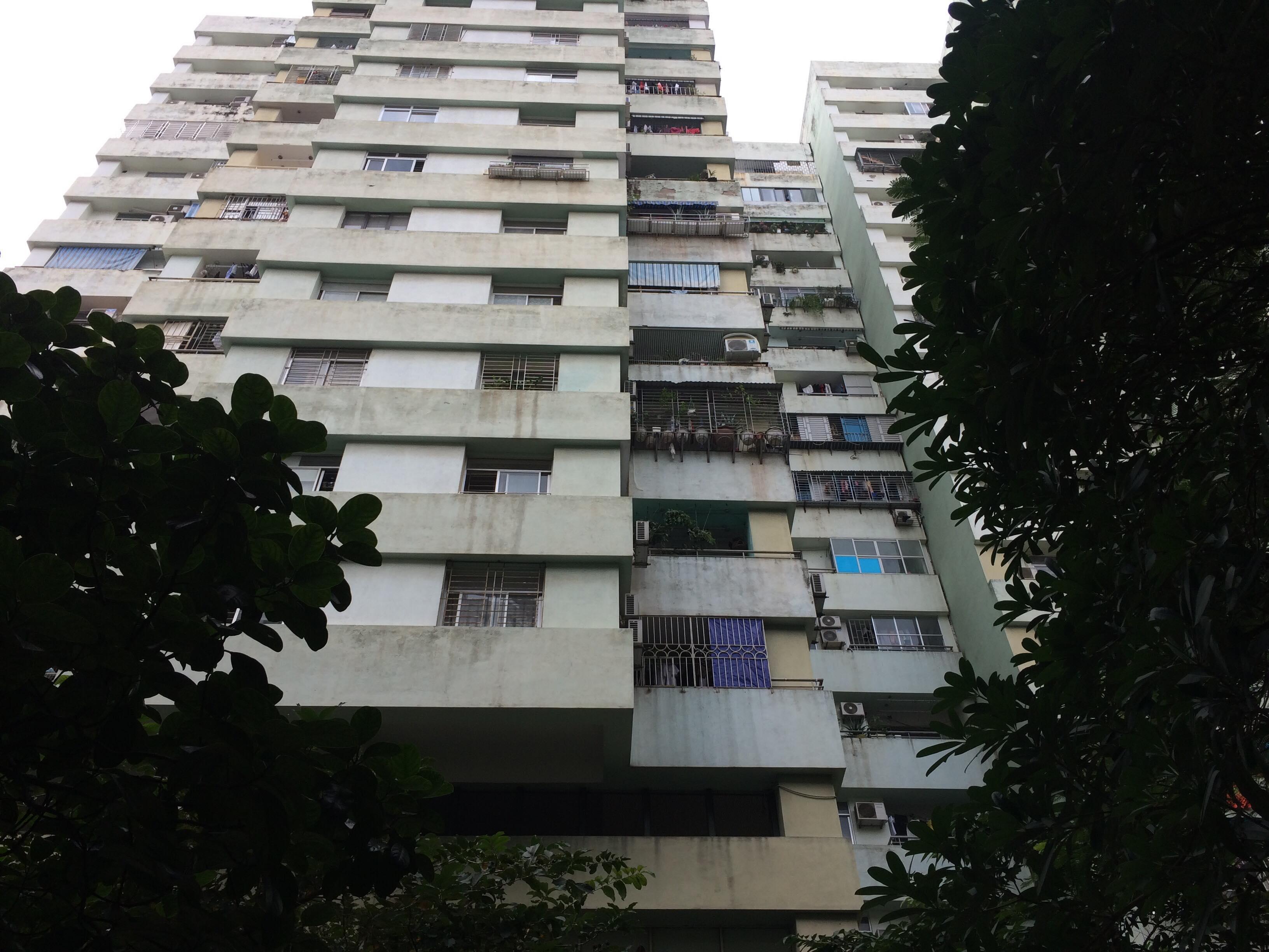 Kinh hoàng bé trai rơi từ tầng 7 chung cư xuống đất - Ảnh 1