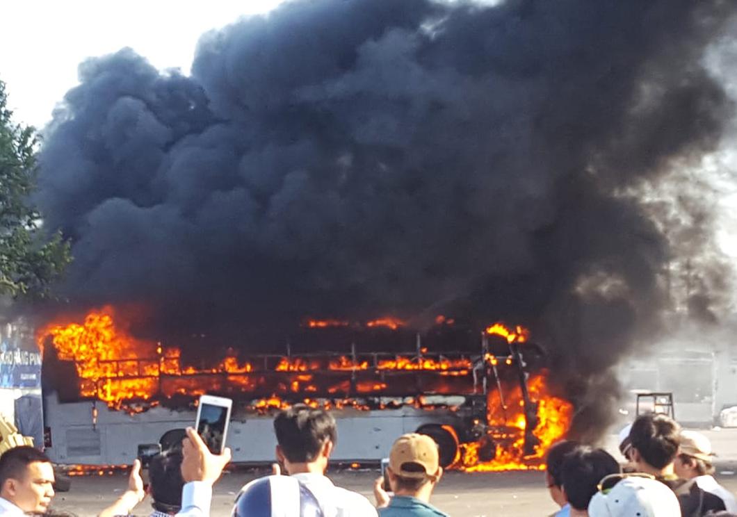 Hai xe khách bốc cháy ngùn ngụt, hàng trăm người tháo chạy vì sợ nổ - Ảnh 1
