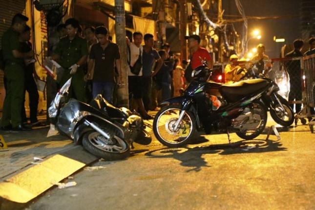 Hai tên cướp chích điện cô gái để cướp xe máy táo tợn ở Sài Gòn - Ảnh 1