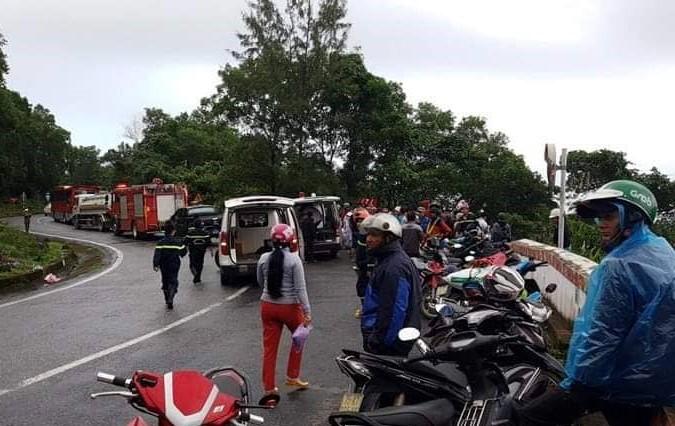 Xe khách chở 21 sinh viên Kiên Giang lao xuống vực đèo Hải Vân, nhiều người trọng thương - Ảnh 1