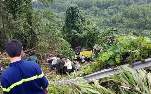 Xe khách chở 21 sinh viên Kiên Giang lao xuống vực đèo Hải Vân, nhiều người trọng thương - Ảnh 2