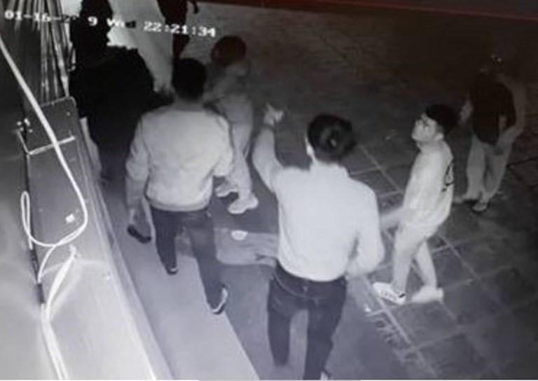 Nhóm côn đồ hành hung cô gái dã man ở Hà Nội đã bỏ trốn - Ảnh 1