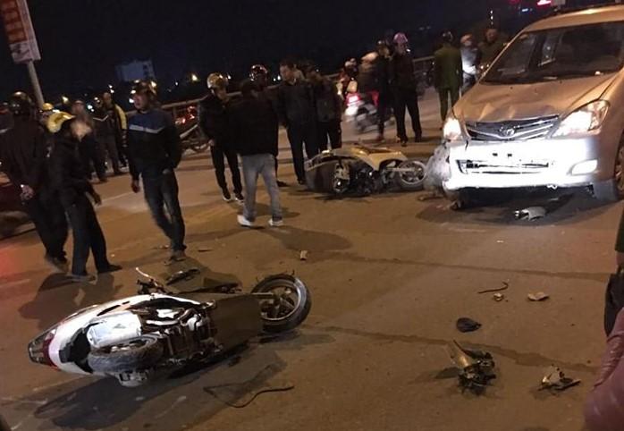 Xe 'điên' mất lái, lao cực nhanh tông 4 người nằm la liệt giữa đường - Ảnh 1