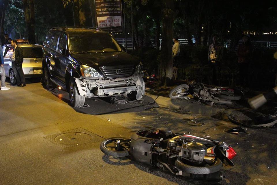 Clip nữ tài xế đi ô tô Lexus tông liên hoàn ở Hà Nội, nhiều người bị thương la liệt - Ảnh 1