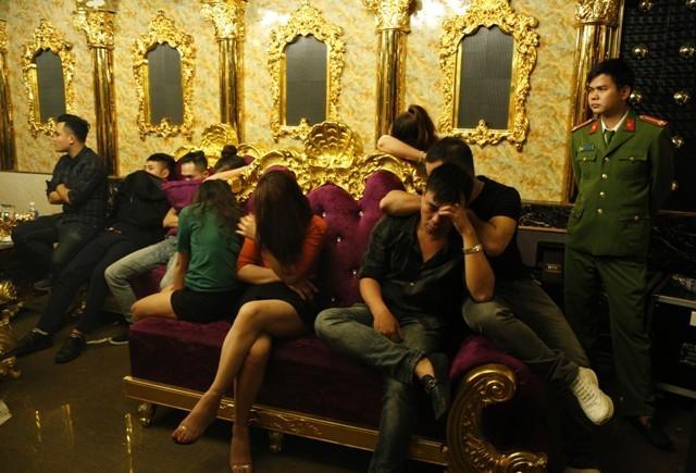Truy tìm nguồn cung cấp ma túy cho sếp ngân hàng và giáo viên trong bữa tiệc mừng sinh nhật tại quán karaoke Dubai - Ảnh 1