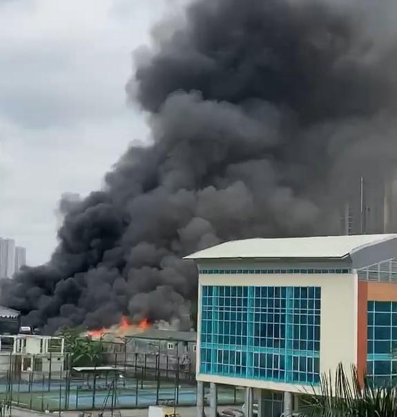 Cháy lớn tại gara ô tô gần trụ sở VFF khiến hàng trăm người hoảng loạn - Ảnh 1