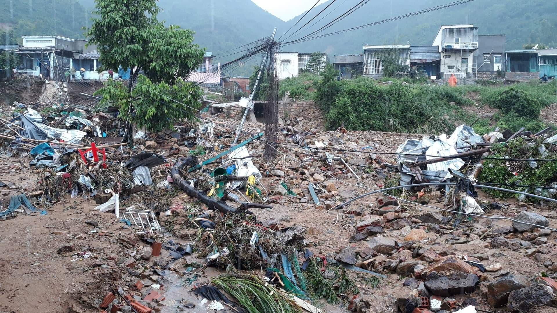 Sạt lở hàng loạt ở Nha Trang, đã có 12 người tử vong - Ảnh 1