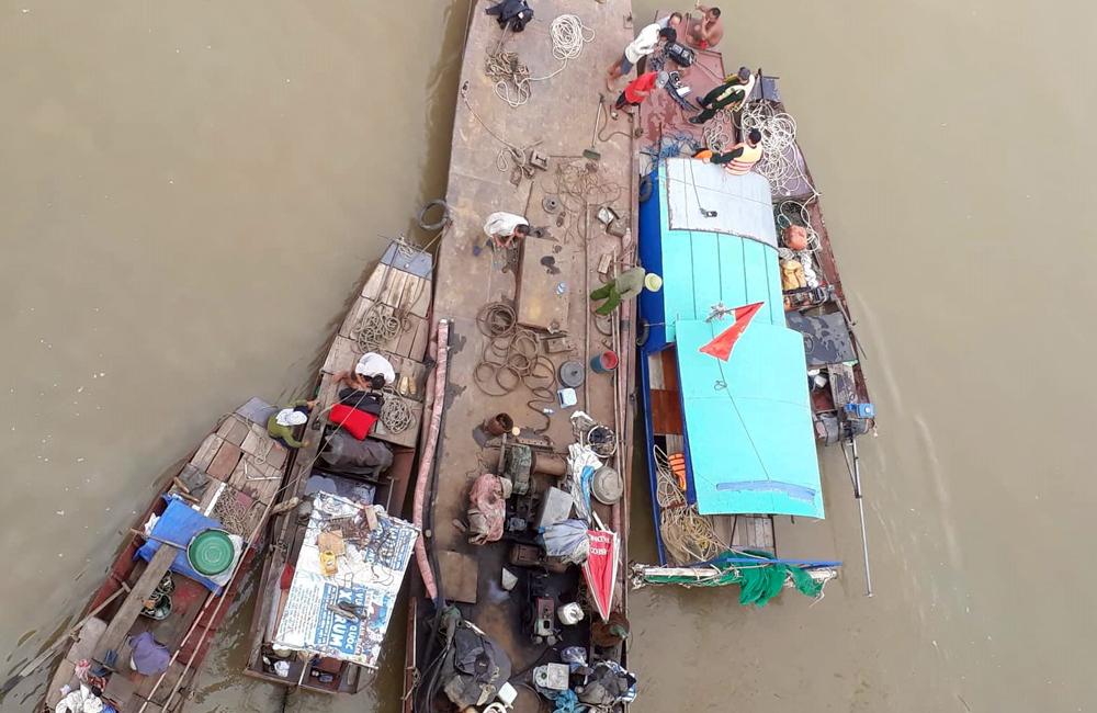 Nếu đi vào làn ô tô, chiếc Mercedes đã không lao xuống sông Hồng - Ảnh 1