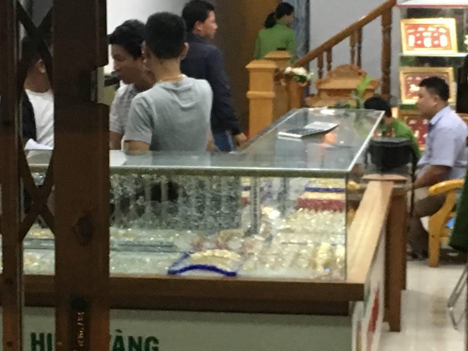 Táo tợn dùng búa cướp tiệm vàng ở Quảng Nam - Ảnh 1