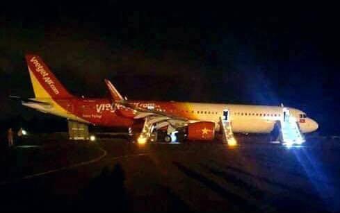 Máy bay VietJet mất bánh lúc hạ cánh, hành khách được lệnh bỏ lại hành lý tháo chạy thoát thân  - Ảnh 1