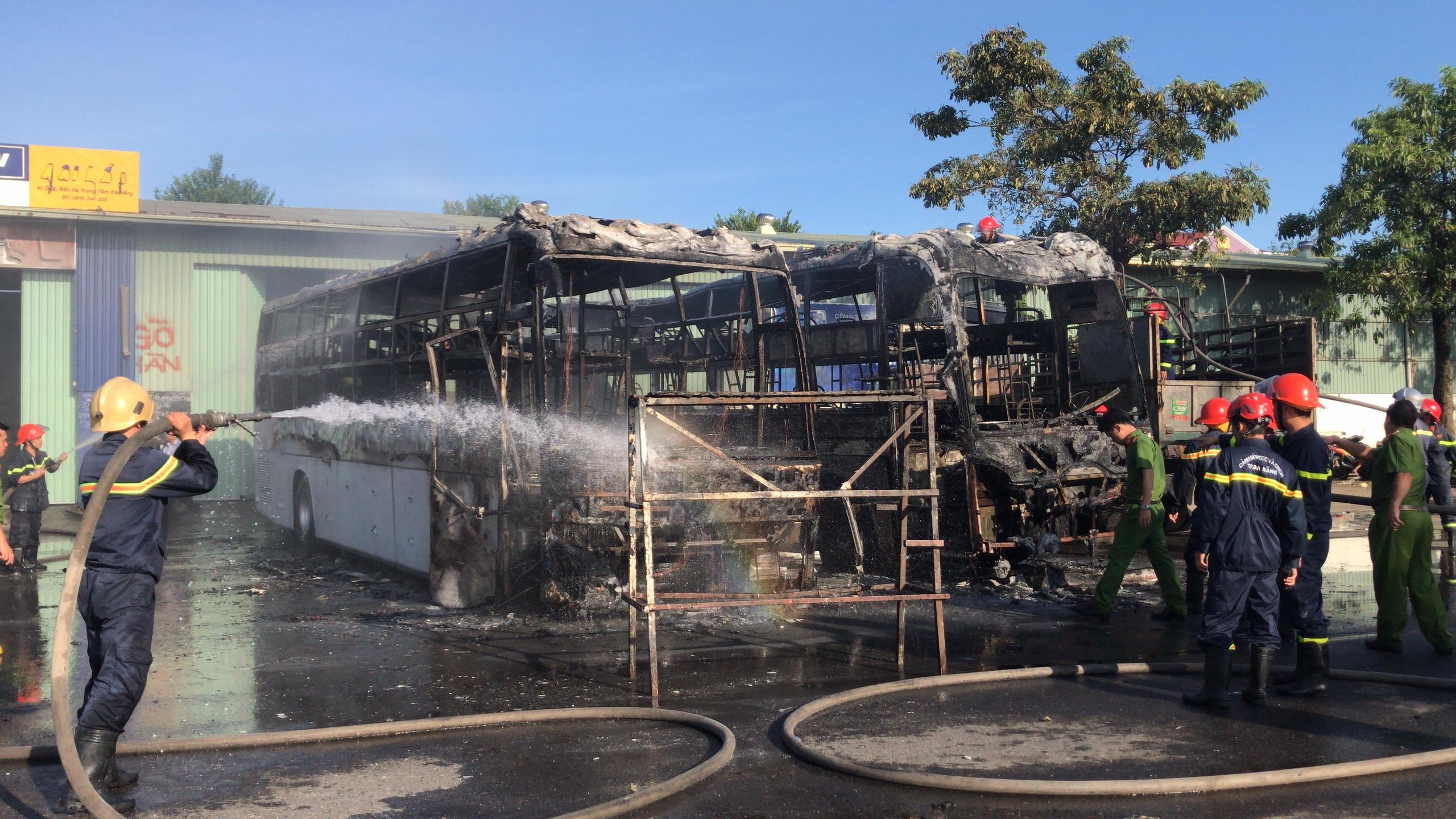 Hai xe khách bốc cháy ngùn ngụt, hàng trăm người tháo chạy vì sợ nổ - Ảnh 2