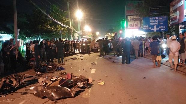Liên tục xuất hiện 2 ô tô 'điên' tông hàng loạt xe trên phố Sài Gòn, nhiều người thương vong - Ảnh 1