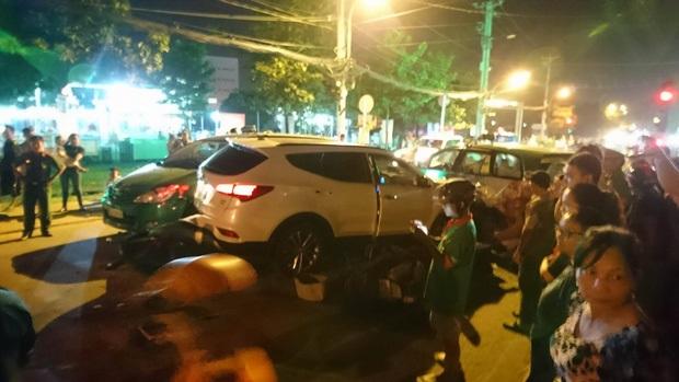 Liên tục xuất hiện 2 ô tô 'điên' tông hàng loạt xe trên phố Sài Gòn, nhiều người thương vong - Ảnh 2