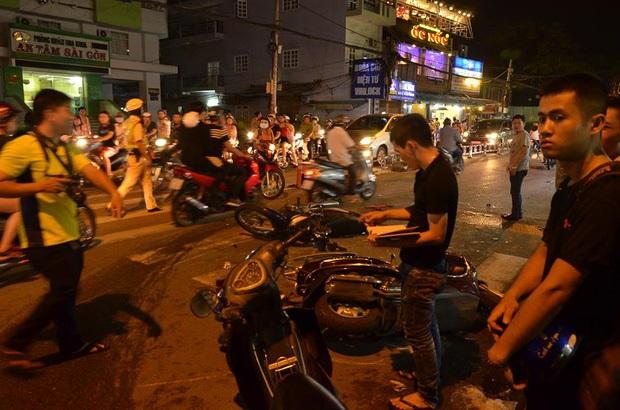 Liên tục xuất hiện 2 ô tô 'điên' tông hàng loạt xe trên phố Sài Gòn, nhiều người thương vong - Ảnh 3