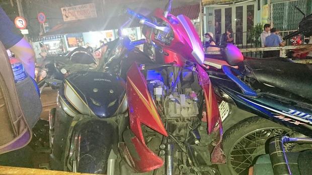 Liên tục xuất hiện 2 ô tô 'điên' tông hàng loạt xe trên phố Sài Gòn, nhiều người thương vong - Ảnh 4