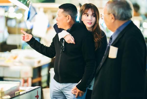 Sốc: Lộ ảnh Ngọc Trinh choàng vai, nắm chặt tay Hoàng Kiều tại Nhật - Ảnh 1