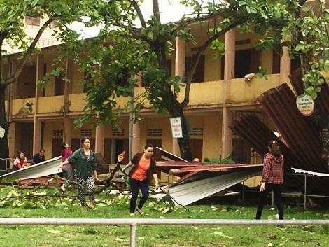 Lốc xoáy tốc mái trường học và hơn 100 nhà dân - Ảnh 1