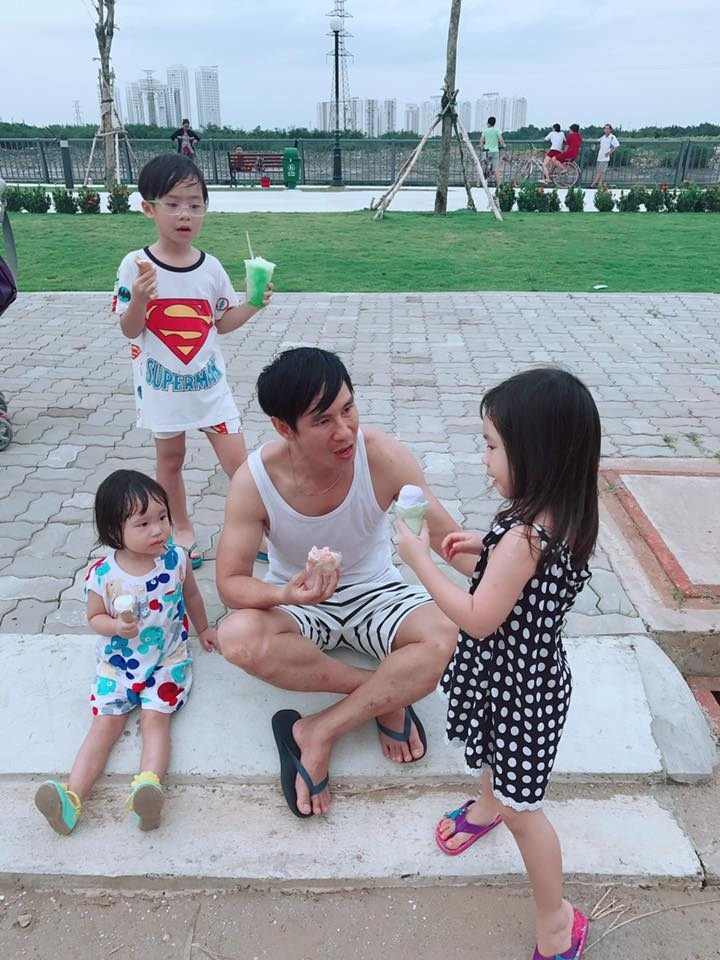Những 'ông bố quốc dân' vừa đẹp trai vừa giỏi kiếm tiền của showbiz Việt - Ảnh 4