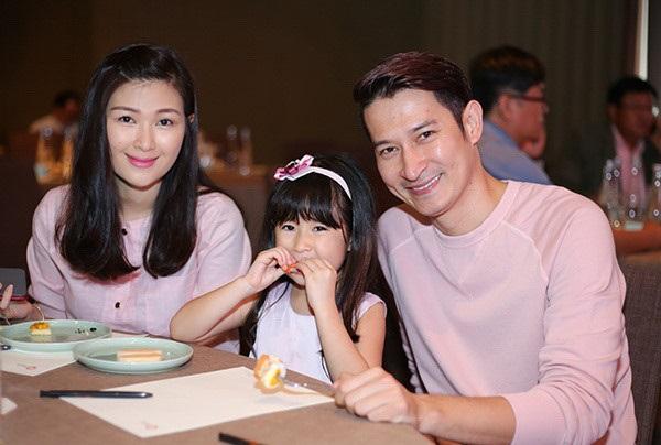 Những người vợ vừa xinh vừa giỏi làm hậu phương vững chắc cho các nam diễn viên điển trai Việt - Ảnh 8