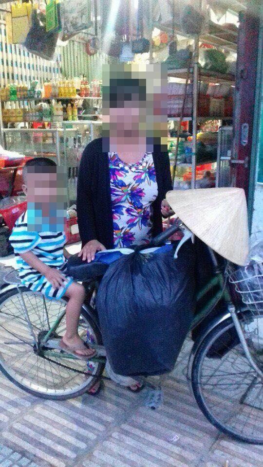 Chạnh lòng người mẹ trẻ cùng con trai bán quần áo từ thiện kiếm sống: Chồng bỏ rơi từ khi mang thai và sắp cưới vợ mới - Ảnh 2
