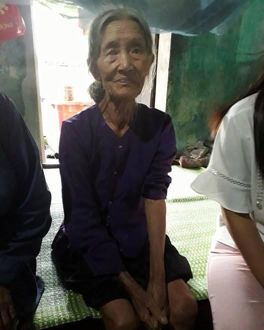 Mẹ già 88 tuổi bị hai con tâm thần đánh túi bụi trong cơn điên loạn