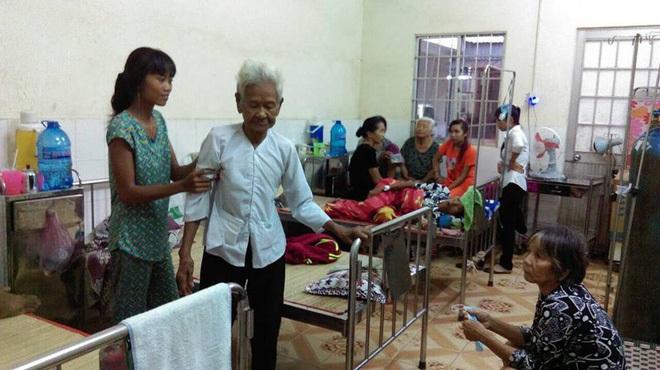 Cụ bà 85 tuổi xin từng bữa ăn nuôi 4 con tâm thần vừa nhập viện vì bạo bệnh: 'Bà sợ mình chết đi tụi nó không ai chăm sóc' - Ảnh 1