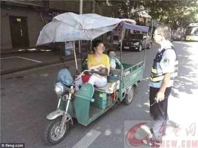 Mẹ 'siêu nhân' vừa lái xe vừa cho con bú gây bão mạng xã hội - Ảnh 2