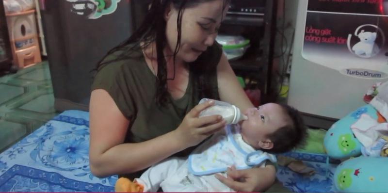 Chị giúp việc nghèo dành hết tình thương cho con trai nuôi kháu khỉnh nhặt được ở cổng chùa - Ảnh 2