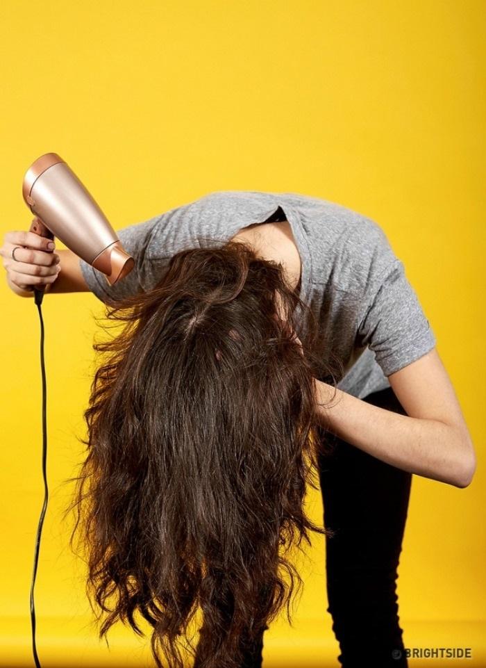 Sấy tóc ngược giúp tóc bồng bềnh đầy sức sống - Ảnh: Internet