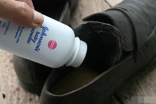 Mùa hè đi giày nhiều bị mùi hôi nồng nặc khó chịu, thử ngay 1 trong 13 mẹo cực hay này là khỏi ngay tức thì - Ảnh 4
