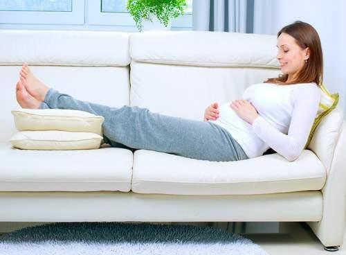 Mẹo hay giúp bà bầu hạn chế bị phù nề khi mang thai - Ảnh 1