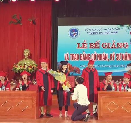 Xôn xao clip thầy giáo cầu hôn nữ sinh trong lễ tốt nghiệp - Ảnh 1