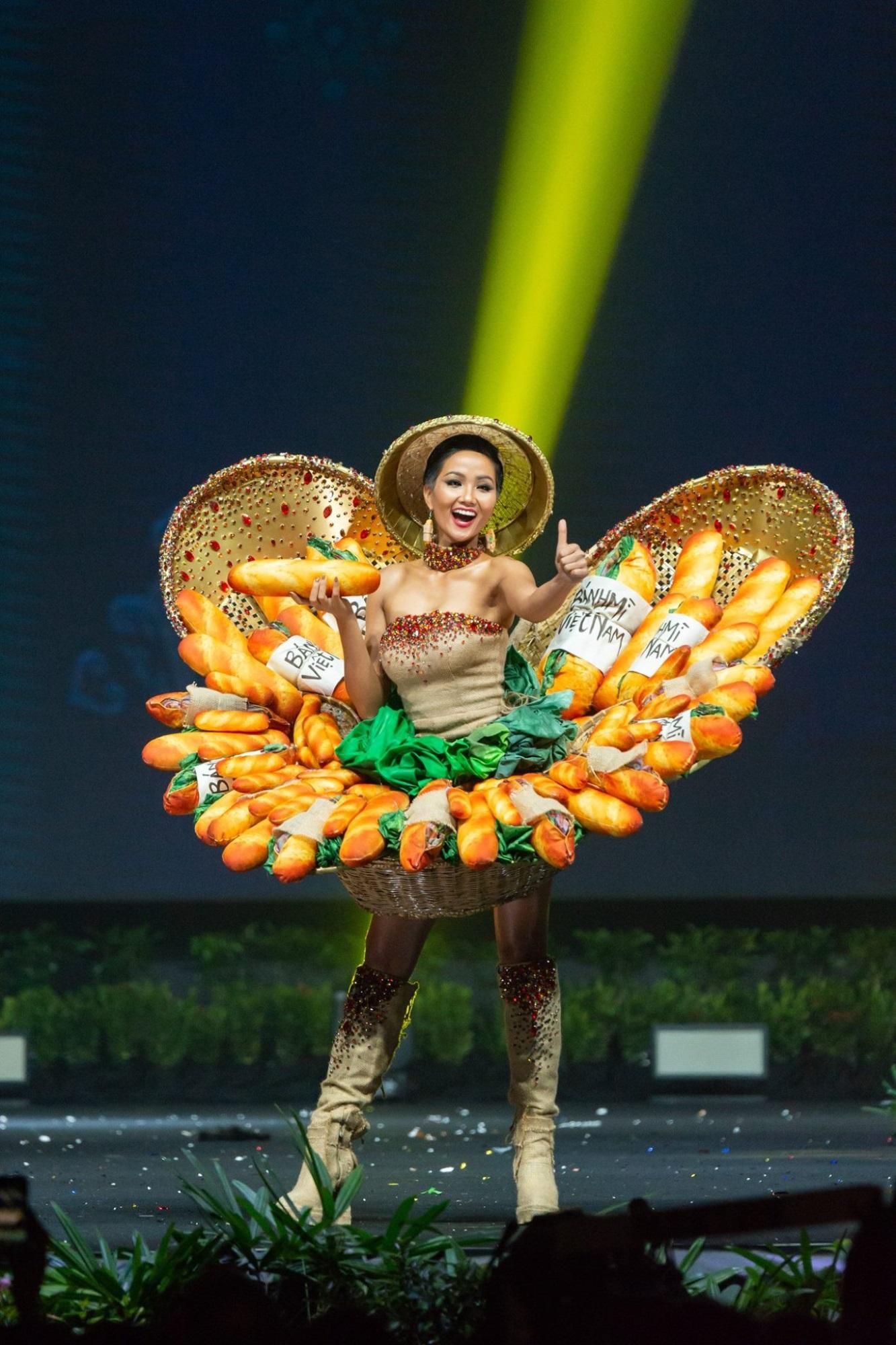 Hình ảnh H'Hen Niê xuất hiện từ xe bán bánh mì đến xe bán kem dừa tại vỉa hè Việt Nam - Ảnh 3