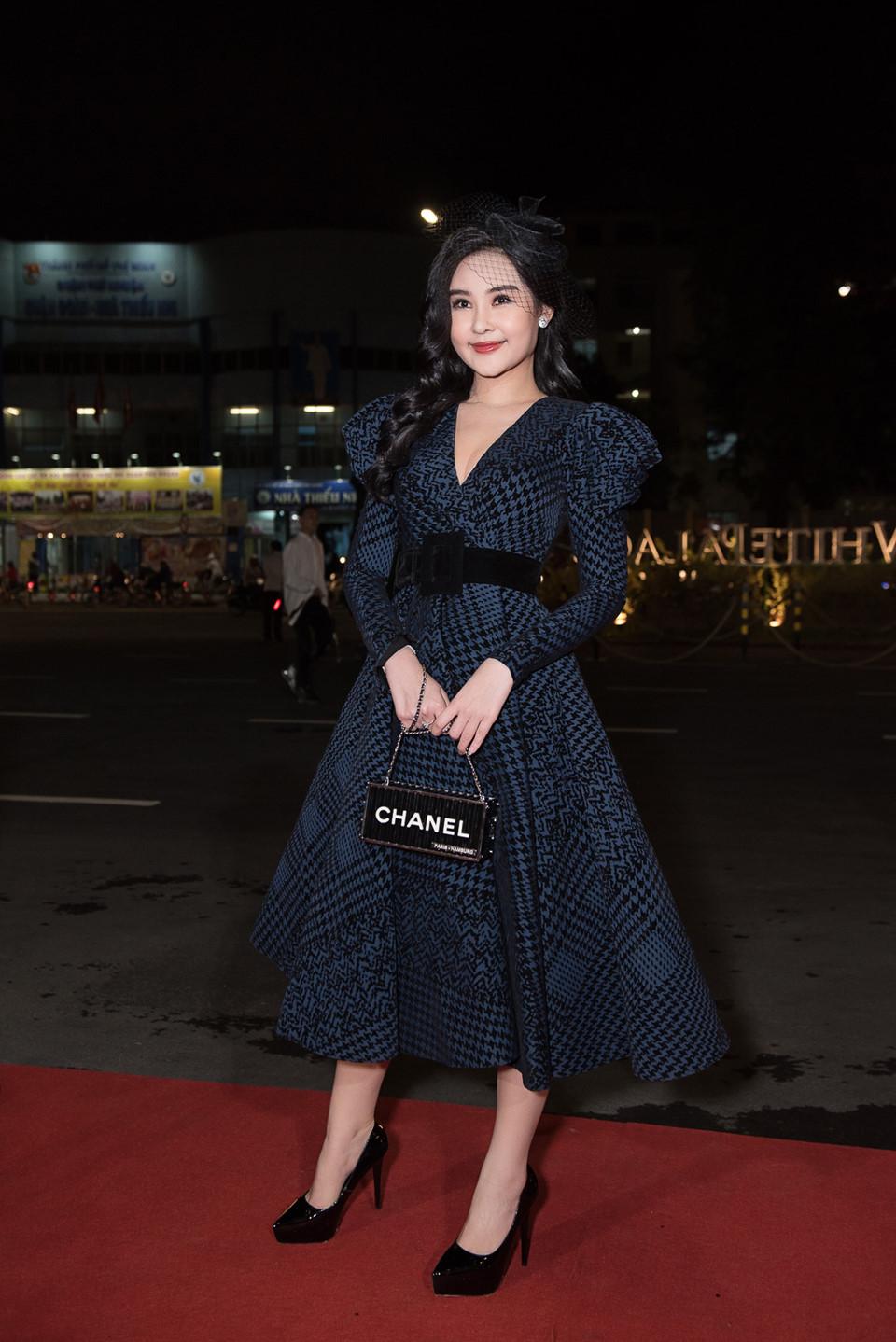 Quỳnh Anh diện đầm xẻ bạo sexy, đối lập 'đối thủ' Bảo Anh 'kín cổng cao tường' - Ảnh 7