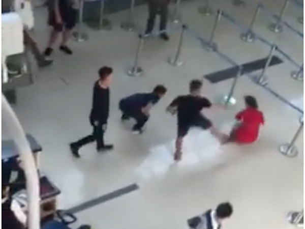 Do bị từ chối chụp ảnh chung, nhóm thanh lao vào hành hung nữ nhân viên hãng Vietjet Air ở Sân bay Thọ Xuân