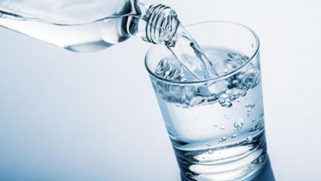 Bên cạnh việc bổ sung những thực phẩm có lợi cho vùng kín, chị em nên uống đủ nước mỗi ngày
