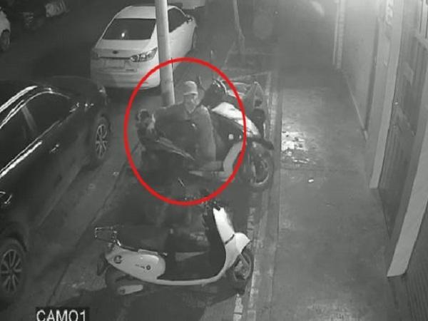 Tên trộm nhấc bổng chiếc xe máy