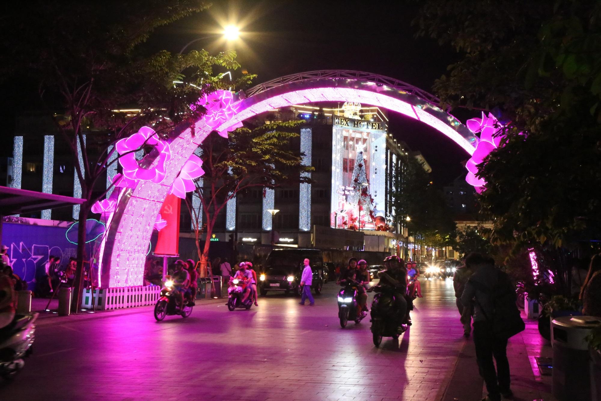 Hàng triệu người dân Sài Gòn xuống phố đón màn pháo hoa rực rỡ mừng năm mới 2019 - Ảnh 14