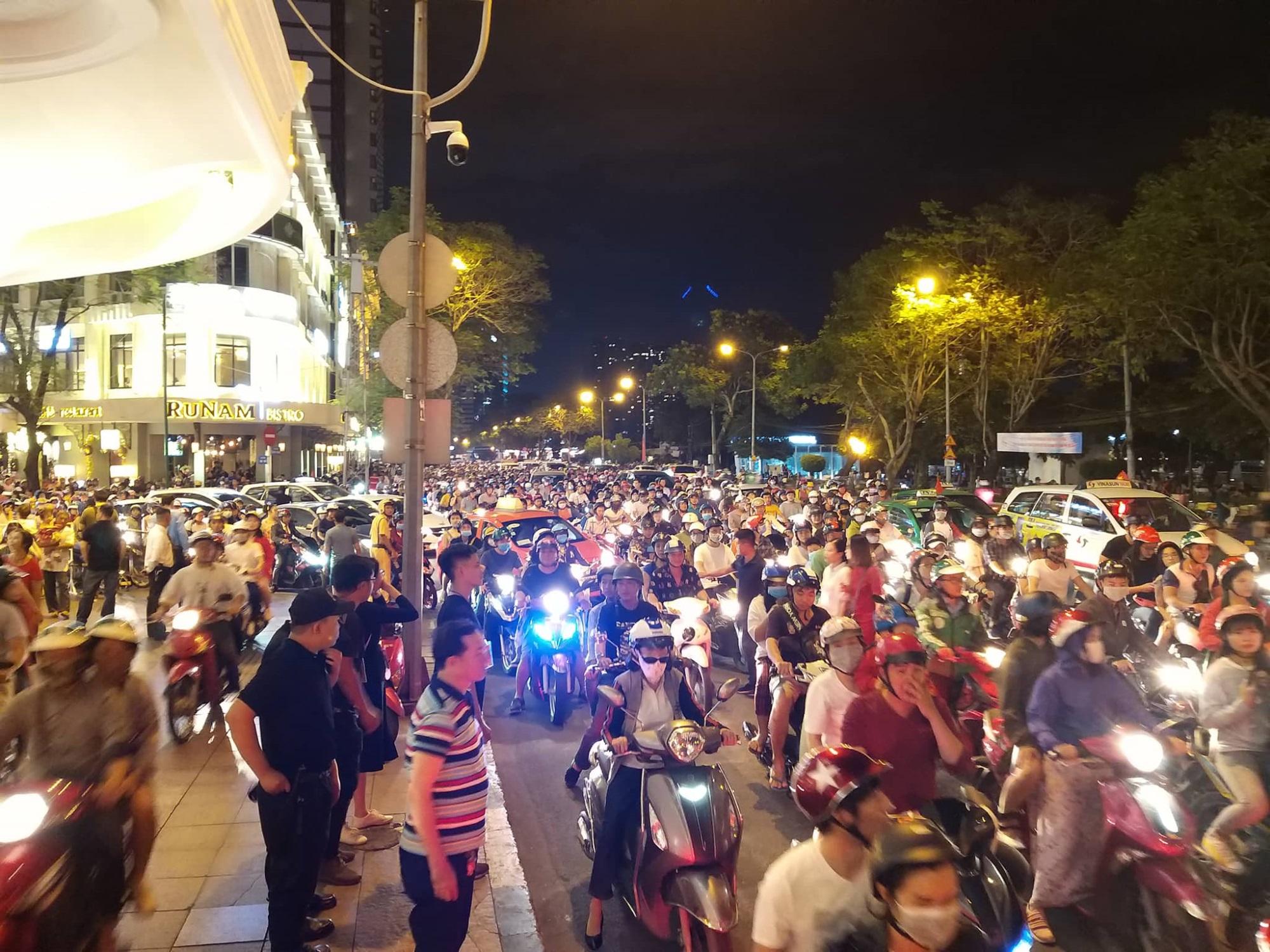Hàng triệu người dân Sài Gòn xuống phố đón màn pháo hoa rực rỡ mừng năm mới 2019 - Ảnh 15