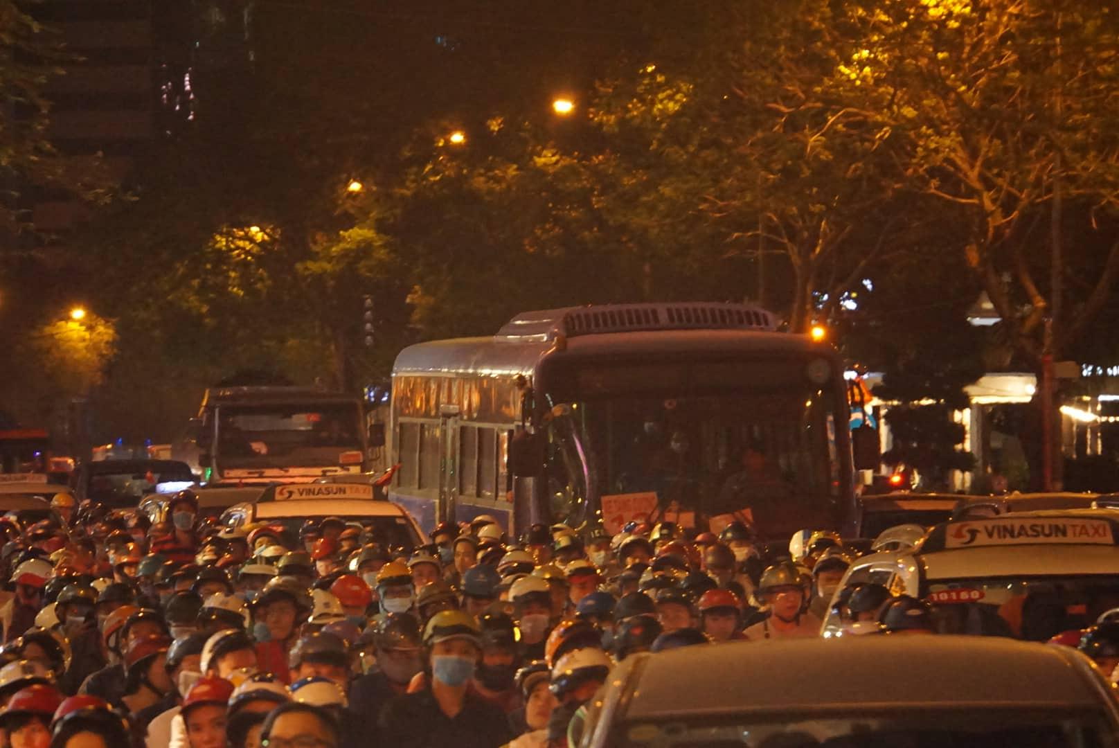 Hàng triệu người dân Sài Gòn xuống phố đón màn pháo hoa rực rỡ mừng năm mới 2019 - Ảnh 16