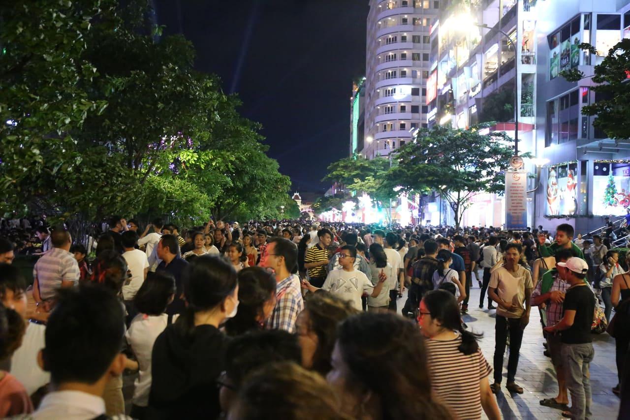 Hàng triệu người dân Sài Gòn xuống phố đón màn pháo hoa rực rỡ mừng năm mới 2019 - Ảnh 17