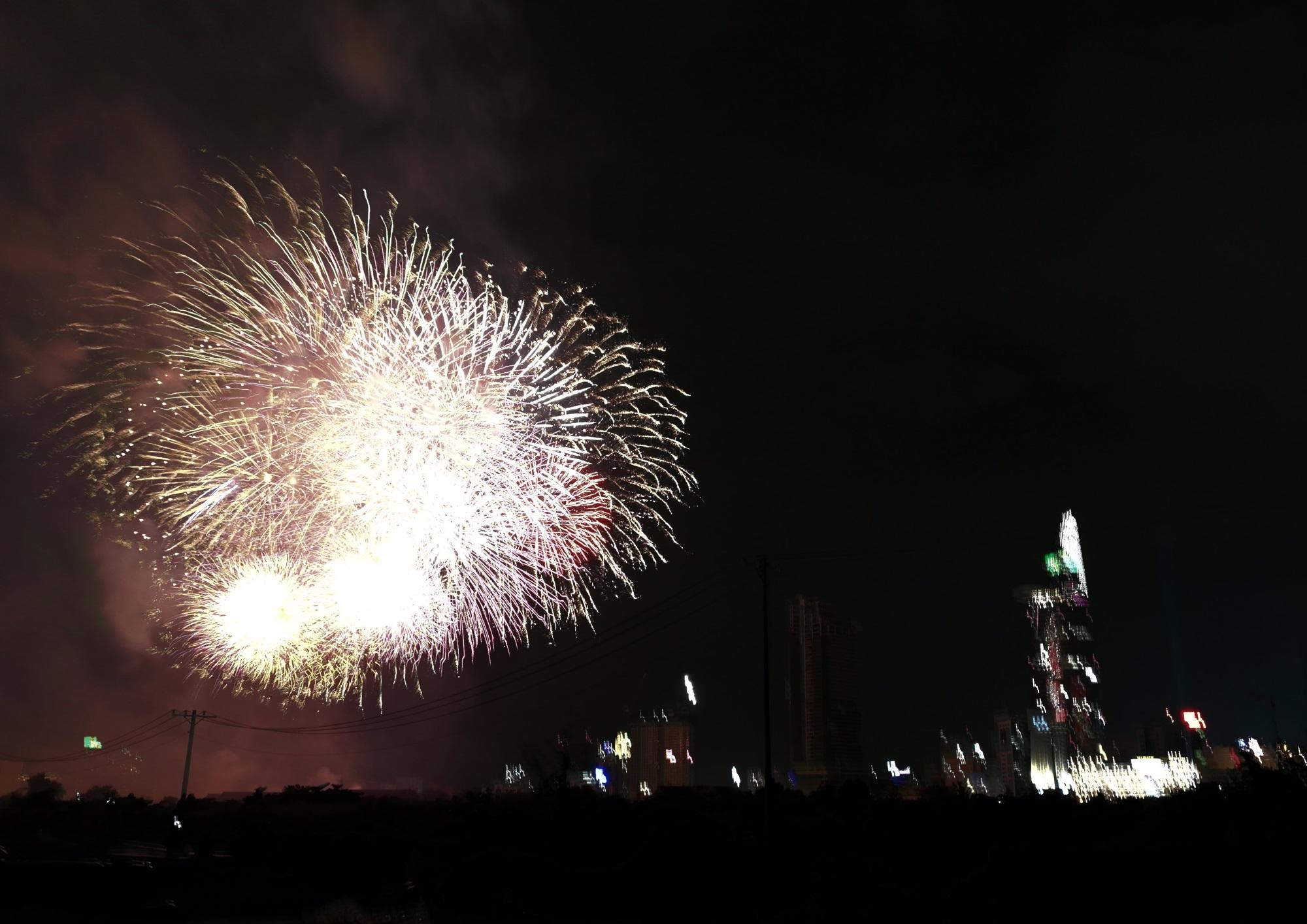 Hàng triệu người dân Sài Gòn xuống phố đón màn pháo hoa rực rỡ mừng năm mới 2019 - Ảnh 5