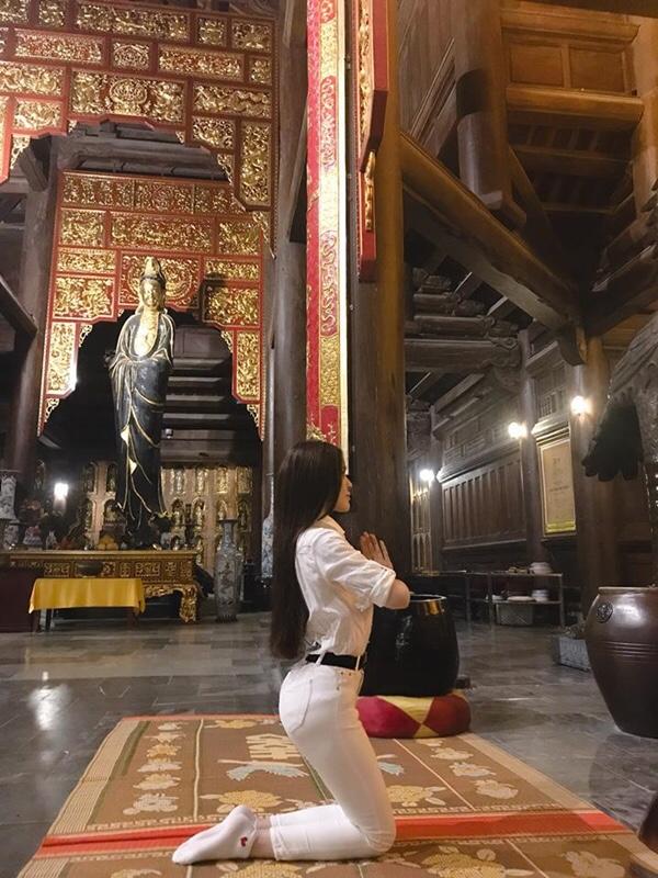 Tái xuất sau ồn ào, Thư Dung khiến dân tình nổi đóa vì tạo dáng như 'gái ngành' chốn linh thiêng - Ảnh 3