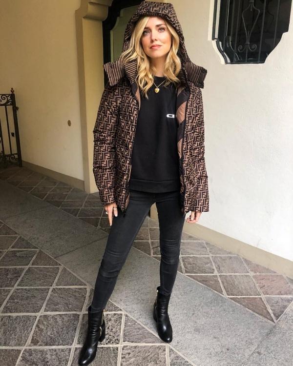 Là một trong những fashionista đình đám nhất với 15,6 triệu người follow trên Instagram, Chiara Ferragni luôn khiến người khác phải ngưỡng mộ với những kiểu mix đồ đa dạng nhưng không kém phần sành điệu. Tuần qua, quý cô đến từ nước Ý chọn style cá tính thời thượng với áo thun, quần skinny và áo khoác họa tiết của Fendi.